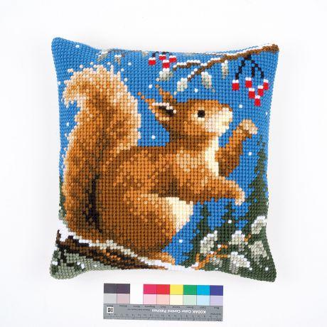 Coussin au point de croix ecureuil en hiver