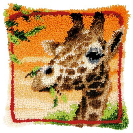 Coussin point noué girafe mangeant feuilles